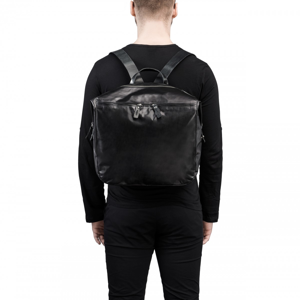 noir, sac à dos en cuir, porté